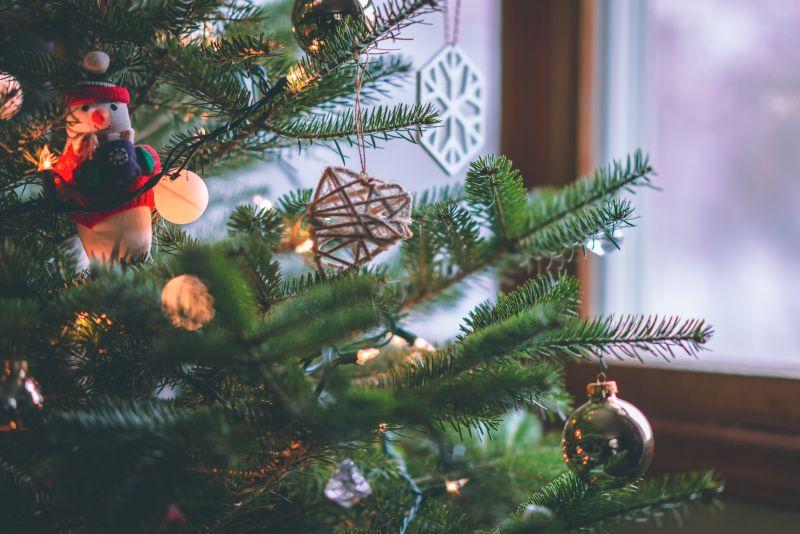 Jaká je ideální délka světelného řetězu na vánoční stromek?