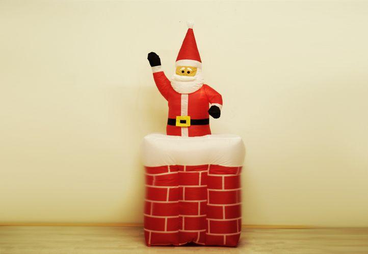 Nafukovací a svítící Santa Claus na komíně