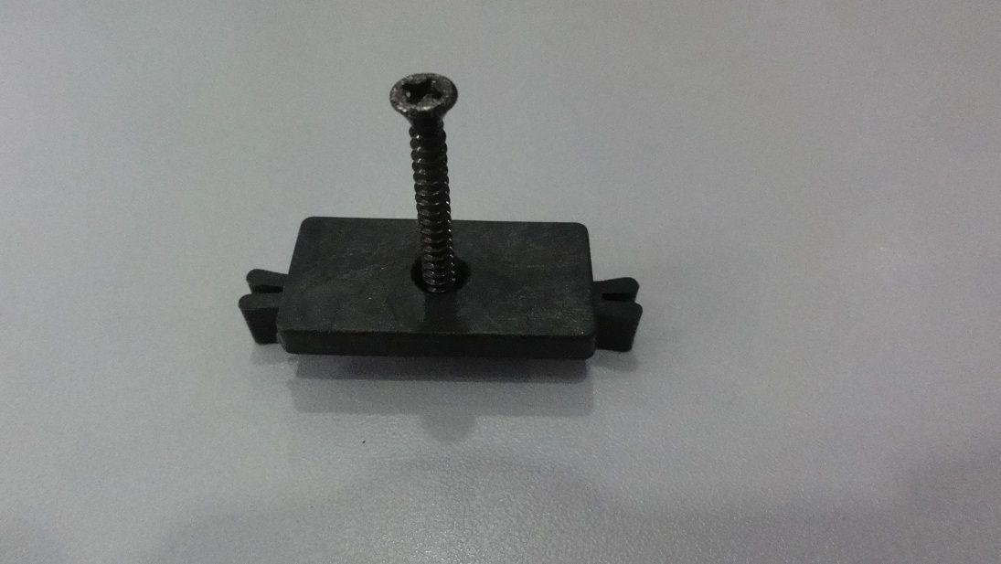 Příchytka terasového prkna G21 k nosníku terasových prken s černým šroubem