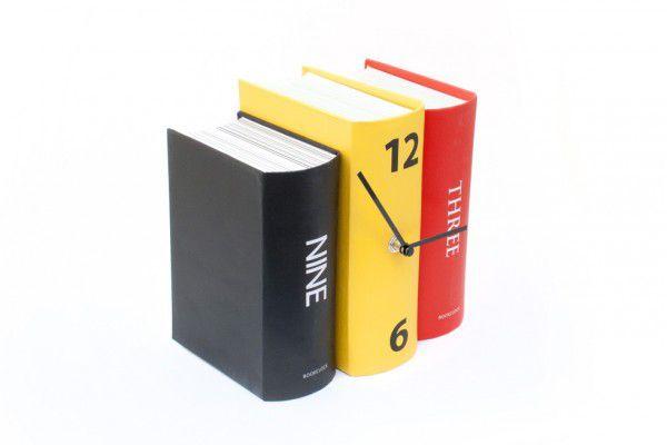 Hodiny v originálním designu svazku tří knih
