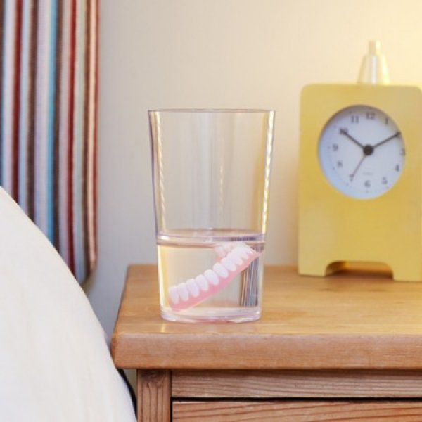 Falešné zuby ve sklenici