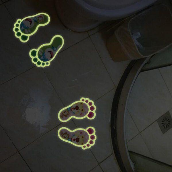 Noční nálepka stopy vedoucí do koupelny