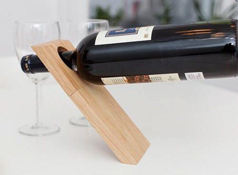 Stojánek na víno s vývrtkou