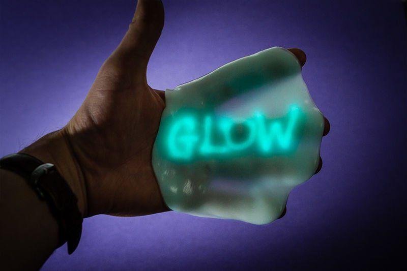 Chytrá hmota v plechovce měnící barvu pod UV světlem