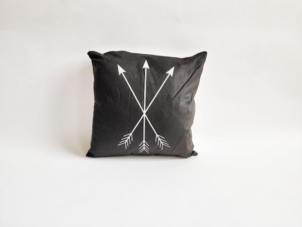 Povlak na polštář Black, 45 x 45 cm, šípy