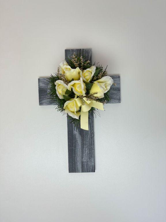 Kříž s umělou květinou v béžové barvě, 40 x 26 x 17 cm