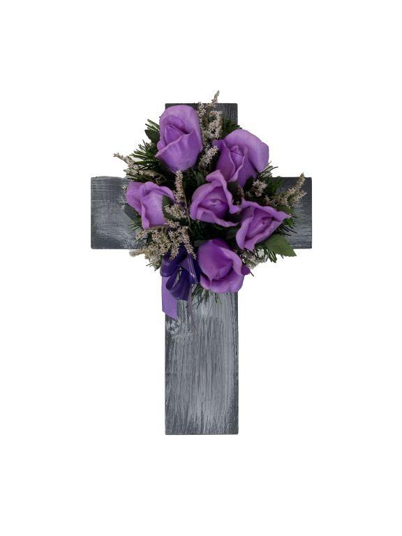 Kříž s umělou květinou ve fialové barvě, 40 x 26 x 17 cm