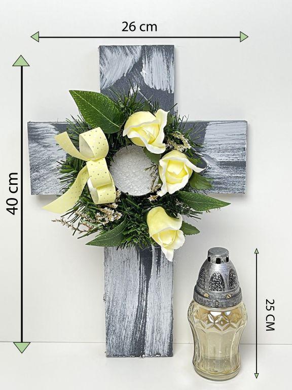 Kříž se svíčkou a umělou květinou v krémové barvě