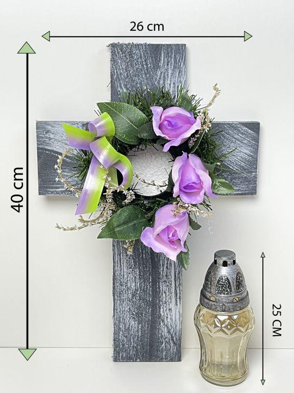 Kříž se svíčkou a umělou květinou ve fialové barvě